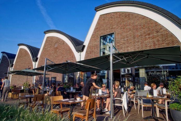 Het terras van restaurant Pollevie in het Bossche Paleiskwartier.