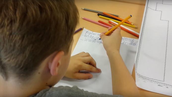 Kinderen van de Pius X-school tekenen mee aan hun nieuwe, groenere schoolplein.