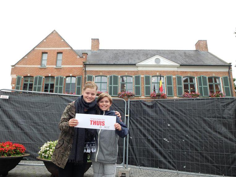 Nette en Dauwe kwamen op het Kerkplein een kijkje nemen, maar de filmlocatie was afgezet met zwarte hekken.