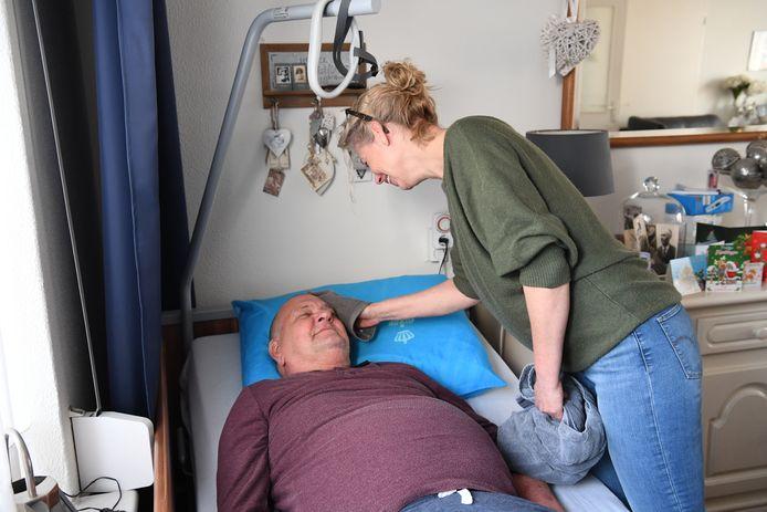 Henk van den Broek was mantelzorger voor zijn vrouw tot hij een dwarslaesie kreeg. Hij herstelt ook van kanker en kan niet meer naar boven om te douchen. Zijn kinderen hebben hem in armoede maar kaal geschoren.