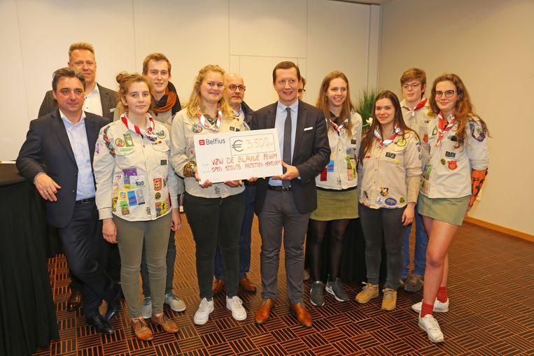 De organisatoren van de Mooiste Nacht overhandigden een cheque van 3.500 euro aan de scouts.