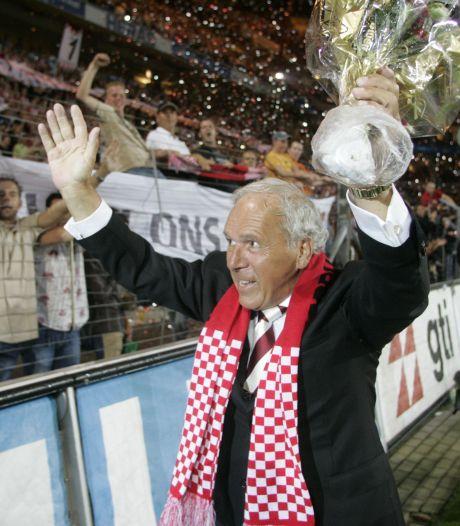 PSV-fans brengen met erehaag laatste eerbetoon aan Harry van Raaij