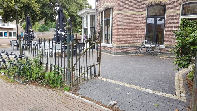Het hek bij de villa met op de achtergrond de muur