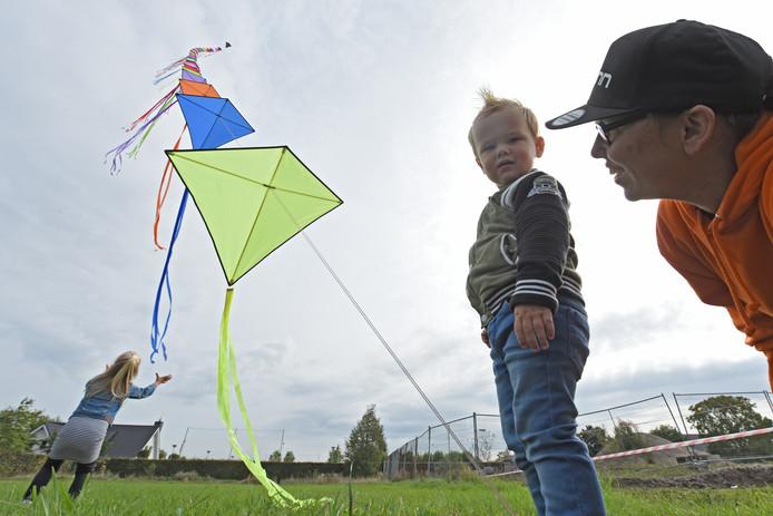 Roel van bijna 2 krijgt van Marjolein van alles te horen over vlieger, terwijl zijn zus Evi achter een vlieger aan holt.