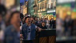 Antwerpse straatmuzikant brengt de hele straat aan het zingen