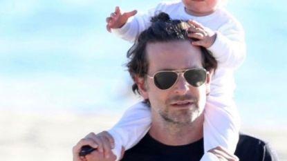 Bradley Cooper en Irina Shayk genieten samen met hun baby van het strand