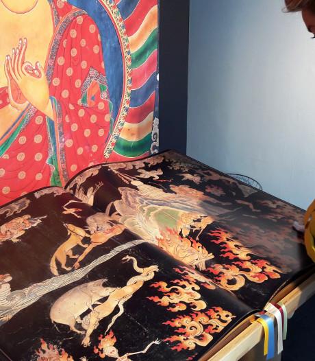 Muurschilderingen van Tibet in een 60 kilo zwaar boek in de Verwersstraat, prijs: 10.000 euro