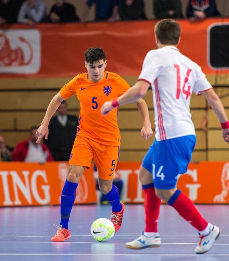 Scorende Bouzambou weer onderuit met Oranje in Tsjechië