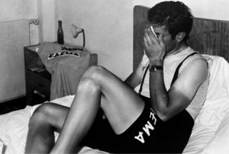 'Het was alsof mijn wereld verging na de positieve dopingtest in Savona. Ik was 23 jaar, in de fleur van mijn leven, doping had ik niet nodig' Foto: de jonge Merckx huilend op bed in Savona Beeld