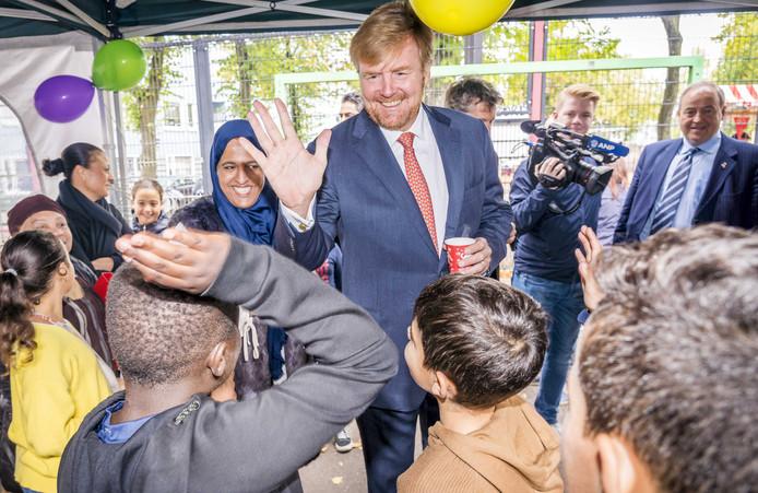 Koning Willem-Alexander in gesprek met bewoners bij de start van Burendag.