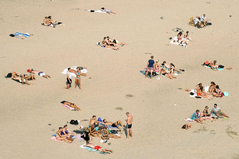 Zonnende mensen in het nieuwe recreatiegebied Spiegelwaal in Nijmegen. Beeld Hollandse Hoogte / Flip Franssen