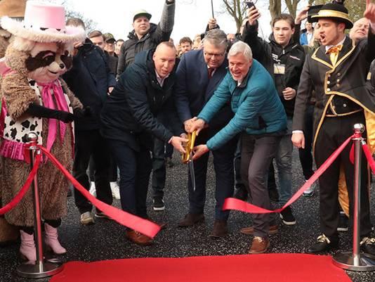 Parkdirecteur Wouter Pops, wethouder Jan ten Kate en Rob Stomphorst van Veilig Verkeer Nederland (vlnr) openen de nieuwe voetgangerstunnel van Attractiepark Slagharen.