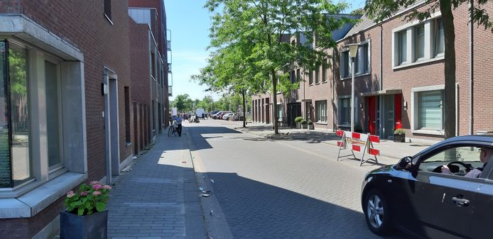 De Sjef van Schaijkstraat in Helmond, daags nu de ongeregeldheden in de omgeving van de Heistraat.