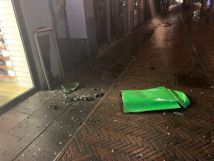 Een opgeblazen vuilnisbak in de Waterstraat in Tiel.
