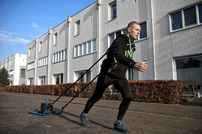 In zijn straat in Teteringen is Quillermo Pellicaan een bekende verschijning; hij oefent er met een slee met gewichten waarmee hij berg op lopen simuleert.