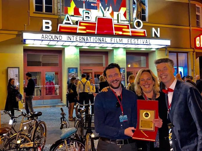 Blije gezichten na de uitreiking van de internationale award voor de documentaire 'De Magie van 100 jaar Noordkade'.