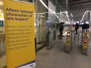 Met borden en posters wordt de afsluiting van de poortjes op Utrecht Centraal duidelijk gemaakt.