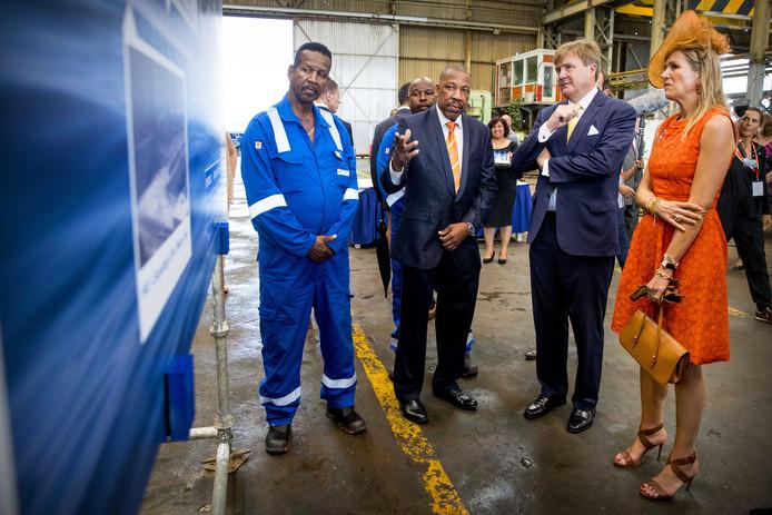 Koning Willem-Alexander en koningin Máxima op de werf van Damen Shipyards.