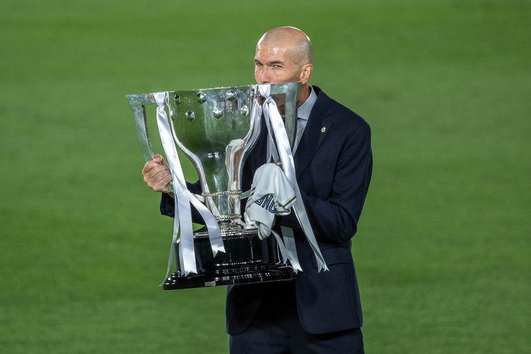 Real Madrid-trainer Zinedine Zidane met de beker. Beeld EPA
