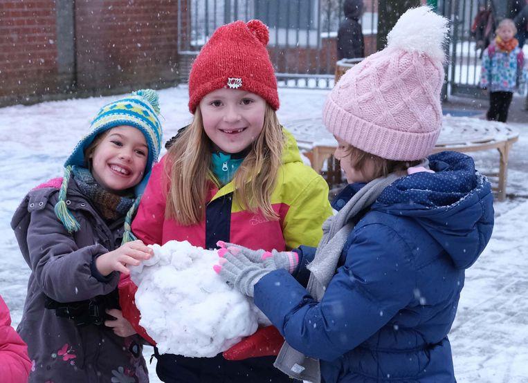 In de ochtend kon er nog in de sneeuw worden gespeeld maar in de namiddag was er al veel sneeuw verdwenen.
