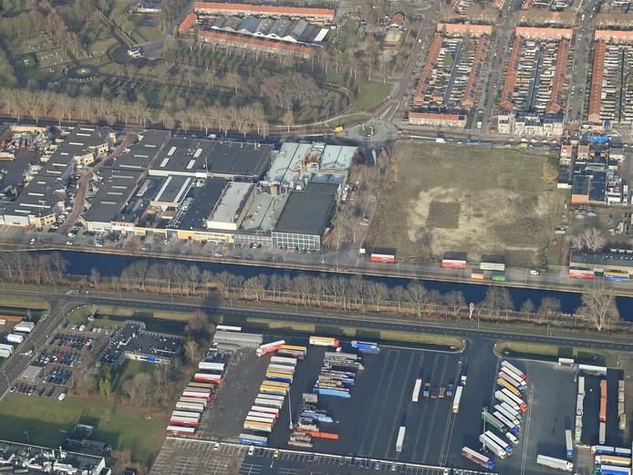 Het braakliggende stuk grond in het midden, aan het Eindhovensch Kanaal, is in beeld voor de nieuwbouw van Dierenopvangcentrum De Doornakker in Eindhoven. Op de foto ook duidelijk het DAF-terrein (onder), de rotonde Quinten Matsyslaan  en rechts daarvan de nieuwe tijdelijke woningen van corporatie Trudo.