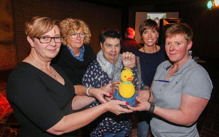 Sofie Florin (links), haar zus Marina (midden) en vriendinnen Anita Vanhacke, Gudrun Deneckere en Samirah Timperman met een van de gehaakte eendjes.