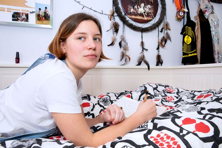 Milou op haar tienerkamer bij haar vader in huis.  Beeld Martijn van de Griendt