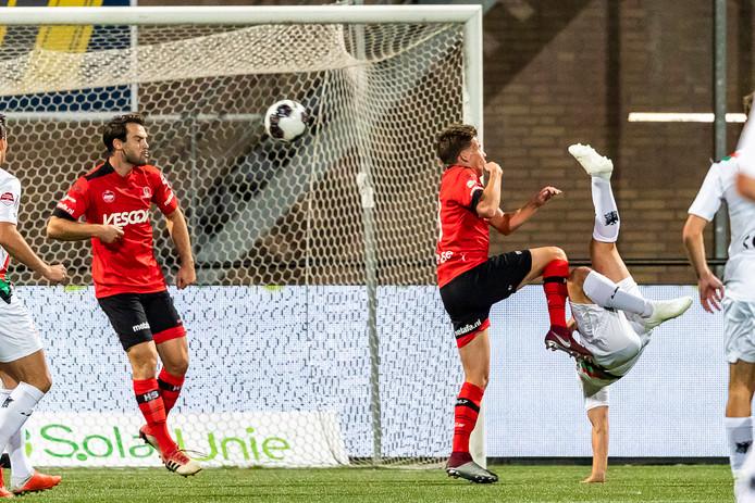 Anass Achahbar scoort de 0-1 uit een omhaal.