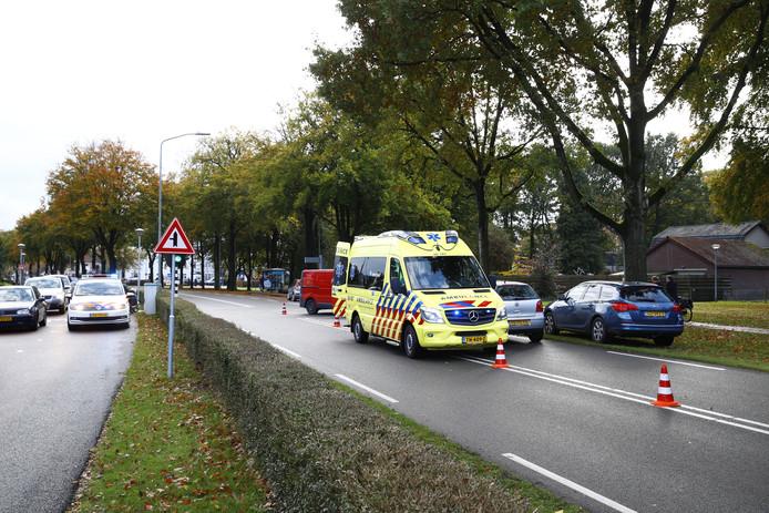Op de Kamperweg in Heerde is een fietser aan zijn hoofd gewond geraakt nadat hij op een bestelbus botste.