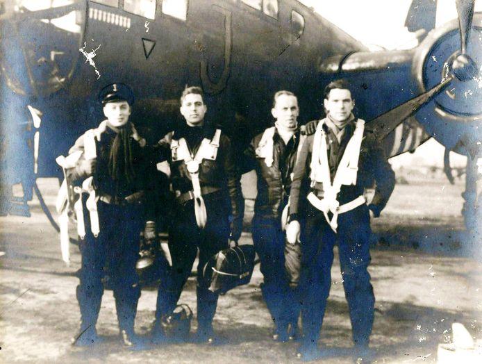Janus Heijblom (rechts) met leden van zijn squadron