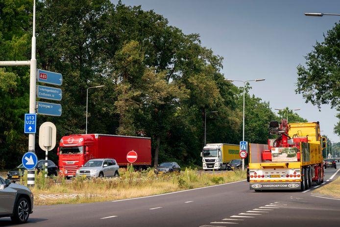 Ruim veertig procent van het goederenvervoer in Nederland gaat door Brabant. Ook over de N65 tussen Den Bosch en Tilburg.