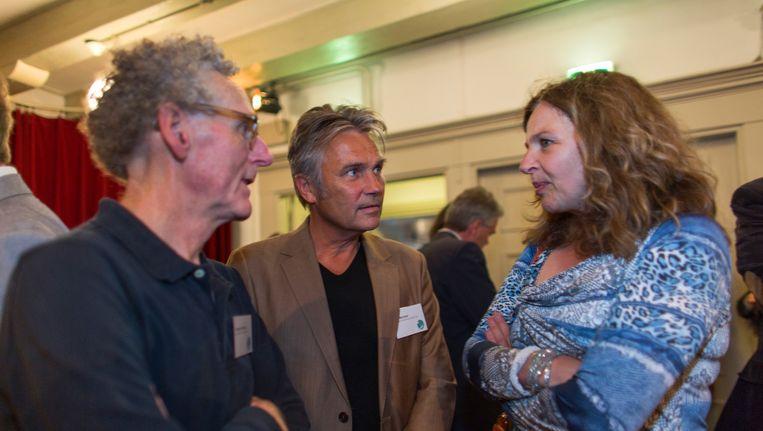 Minister Edith Schippers in gesprek met de initiatiefnemers van het manifest in de Rode Hoed, Jacques de Milliano (L) en Bart Meijman (R), beide huisartsen. Beeld Ton Koene