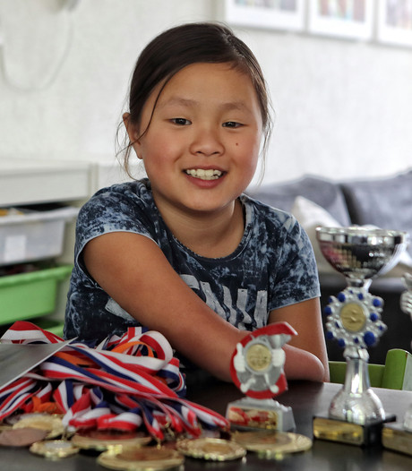 Suzie (9) is uniek sporttalent zonder onderarm: Iedereen kijkt naar mij