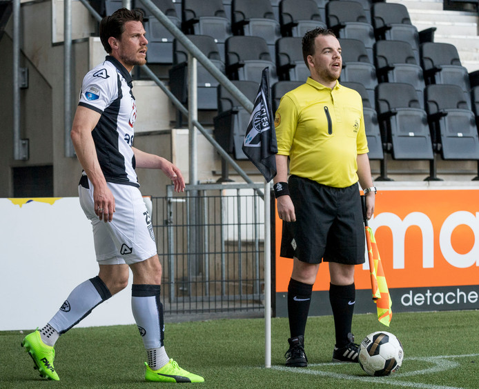 Mark Jan Fledderus neemt een corner voor Heracles.