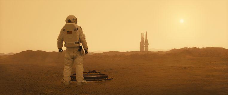 In Ad Astra  krijgt astronaut  Roy McBride (Brad Pitt ) de opdracht zijn verdwenen vader achterna te reizen.  Beeld