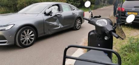 Scooterrijder met spoed naar ziekenhuis na botsing met auto in Hengelo