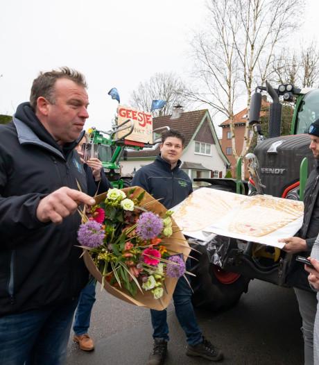 Boeren op tractoren rijden naar Zeist om stikstofonderzoeker persoonlijk te bedanken met bloemetje