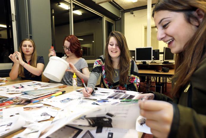 Studenten Wende, Manon, Esmee en Meral aan het werk op het Radius college.