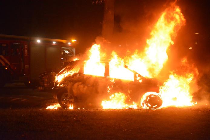 Een autobrand in Deventer eind vorig jaar.