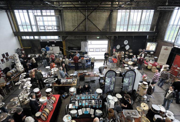 Bezoekers op de zesde editie van de Amsterdam Vintage en Custom Drum Show. (Joost van den Broek / de Volkskrant) Beeld