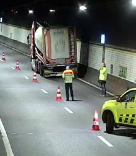 Vrachtwagen met lekke band is weg: Beneluxtunnel is weer open