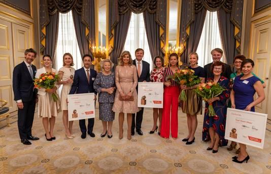 Prijswinnaar Masoud Rahaee uit Weurt staat met de oorkonde naast prinses Beatrix in Paleis Noordeinde in Den Haag. Naast hem staan zijn collega's Line Francken en Astrid Kersten van ElanArt.