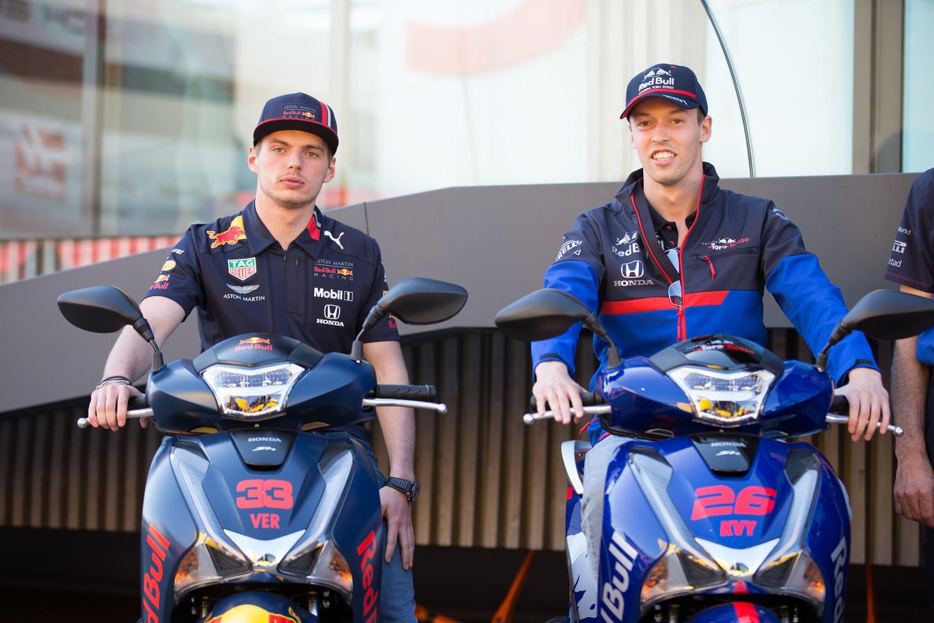 Max Verstappen en Daniil Kvyat (Toro Rosso) in Barcelona.