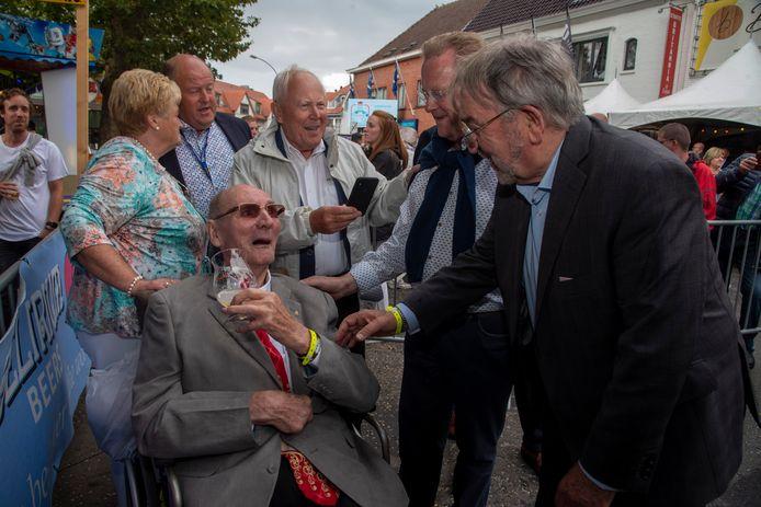 Ere voorzitter van Heusden koers Willy Hamerlinck wou er ondanks zijn zwakke gezondheid toch bij zijn aan de aankomst en de podiumceremonie en genoot met volle teugen.