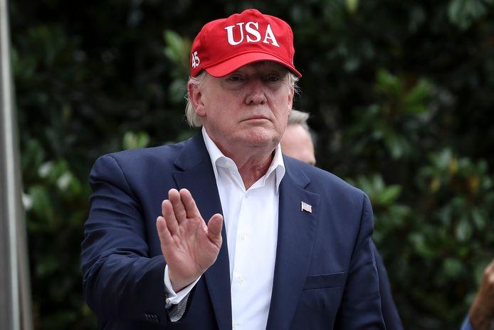 Donald Trump begroet de media, vrijdag bij zijn terugkeer in het Witte Huis van een reis naar Europa.