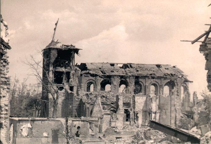 Neder-Betuwe, zoals hier blijkt bij de kerk in Ochten, lag in de oorlog zwaar onder vuur