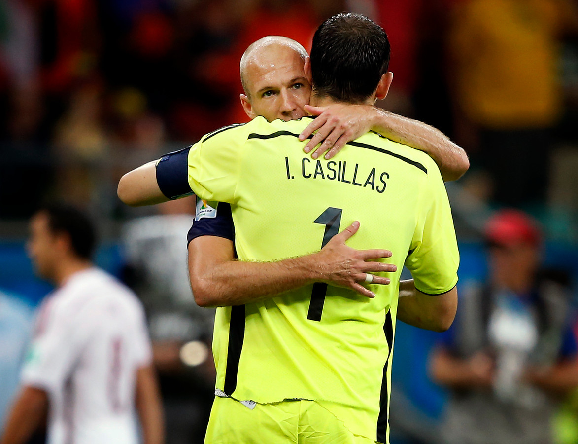 Arjen Robben troost Iker Casillas.