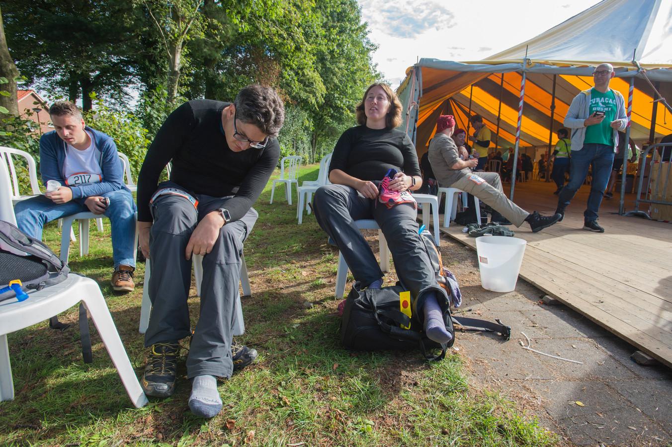 Jasper Harthoorn en zijn vrouw Ans rusten bij de laatste post in Dongen-Vaart bij sporthal de Gaasjes. Het is  zondagochtend 10.45 uur. Ze moeten dan nog 17 van de 80 kilometer afleggen.