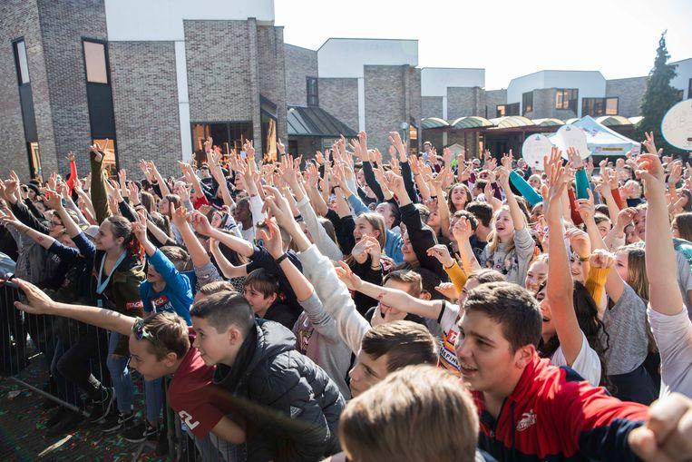 Op StressFactor Live, een muziekfestival in Atheneum Bilzen, heerst een zomerse sfeer met zo'n 500 leerlingen die uit de bol gaan op de beats van onder andere rapper Jebroer.
