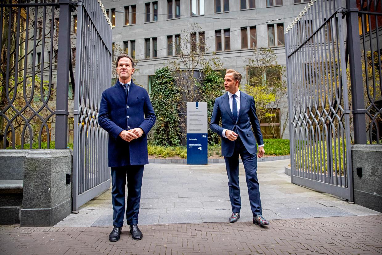 Premier Mark Rutte en minister Hugo de Jonge van Volksgezondheid donderdag na afloop van het coronacrisisberaad in het gebouw van het ministerie van Justitie. Beeld null